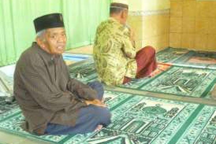 Suwarno (74) warga Wonosobo, Jawa Tengah, saat menunggu Sholat   berjamaah di Mushola Unit Rehabilitasi Sosial (URS) Wening Wardoyo Ungaran.