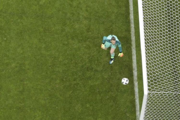 David De Gea gagal mengantisipasi tendangan bebas Cristiano Ronaldo pada pertandingan Piala Dunia 2018, Portugal vs Spanyol, di Sochi, 15 Juni 2018.
