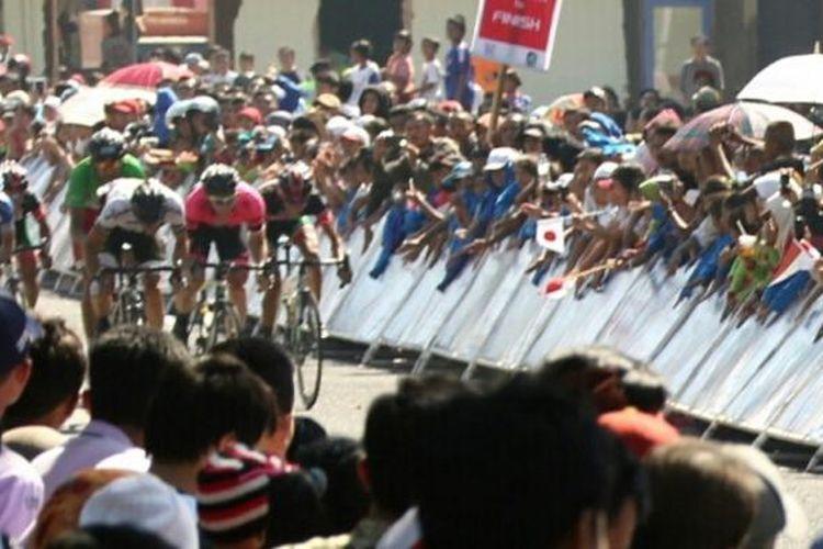 Para pebalap International Tour de Banyuwangi Ijen memacu sepeda mereka jelang finis etape kedua, Kamis (7/5/2015).