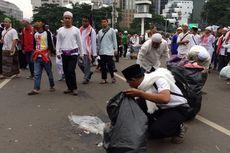 Massa Aksi 313 Punguti Sampah di Sekitar Patung Kuda