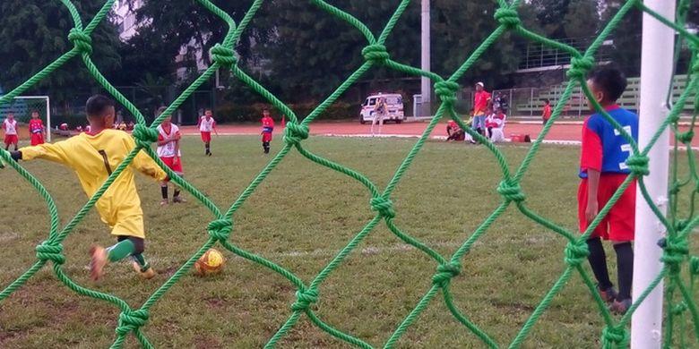 Penjaga gawang menendang bola pada pertandingan antara Sekolah Sepak Bola (SSB) Muda Sebaya Rambong Sialang (Medan) vs Remedial Wirosari Purwodadi (Semarang) pada babak final Biskuat Academy 2019 mulai Sabtu (11/1/2020) sampai dengan Minggu (12/1/2020) tersebut di Stadion Sepak Bola GOR Sumantri Brodjonegoro, Jakarta.