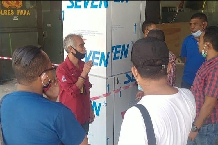 Foto : Para penumpan menanyakan kepastian berangakt ke manajemen Nam Air di Bandara Frans Seda Maumere, Kabupaten Sikka, NTT, Sabtu pagi.