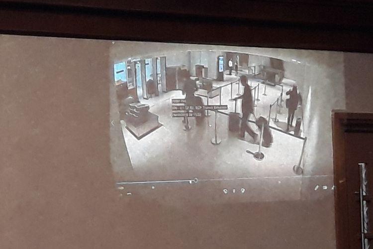 Jaksa KPK memutar video kamera pengawas Bandara Soetta di Pengadilan Tipikor Jakarta, Kamis (20/12/2018).