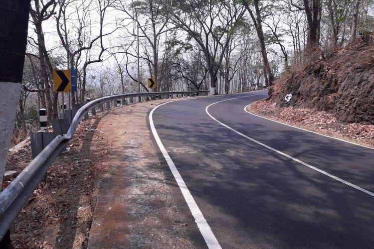 Bukit dan Jalan Menuju Arak-Arak Arah akses ke kota Situbondo, Jawa timur.