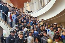 100 Siswa Berprestasi Berfoto Bersama untuk Kobe Bryant