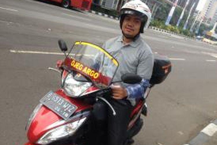 Sudah lebih dari sebulan, Gama (23) menjalani pekerjaan sebagai juru mudi Ojeg Argo Nyaman. Ia Jakarta harus bersaing dengan ojek-ojek perorangan yang sudah lebih lama mencari penumpang di Jakarta.