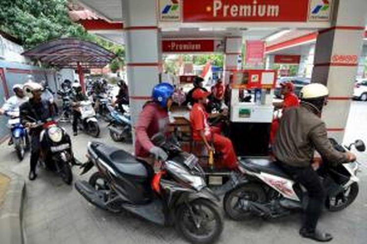 Pengendara motor mengantre di SPBU untuk mengisi bahan bakar minyak (BBM) jenis premium, di Bali, beberapa waktu lalu.
