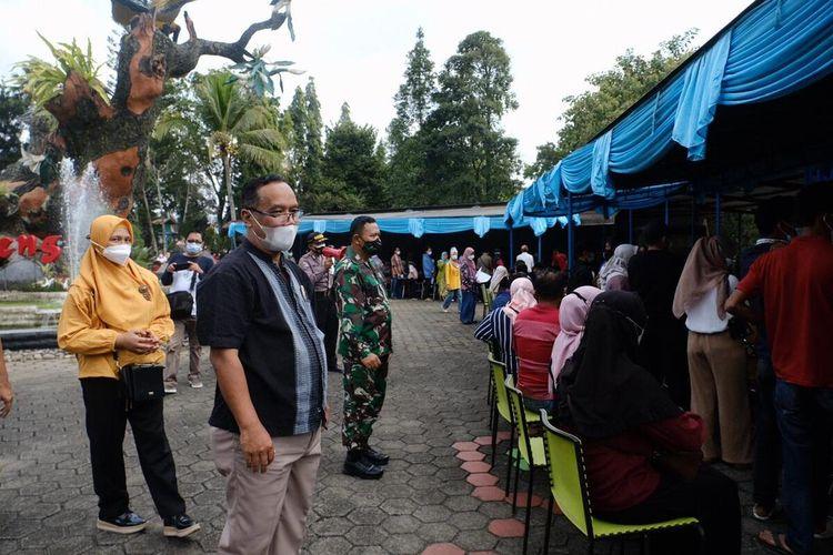 Wali Kota Magelang dr. Muchamad Nur Aziz saat meninjau pelaksanaan vaksinasi Covid-19 di area obyek wisata Taman Kyai Langgeng, Minggu (22/8/2021).