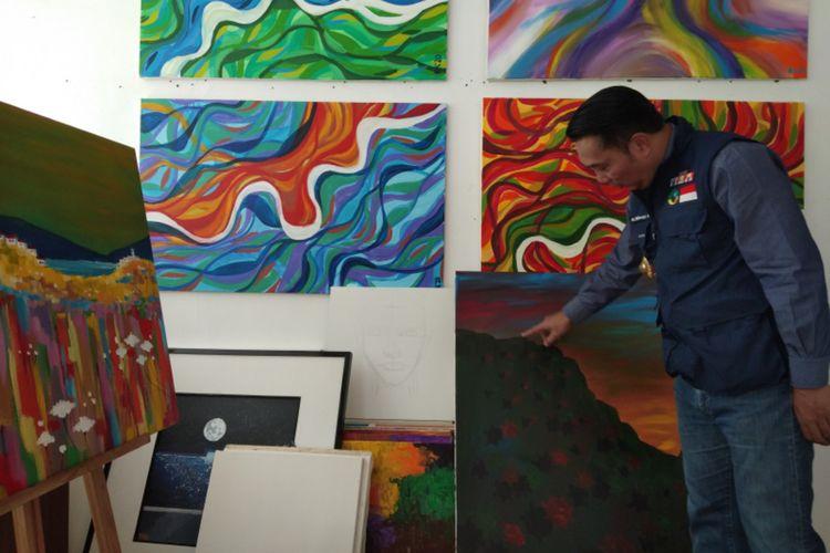 Gubernur Jawa Barat Ridwan Kamil saat memperlihatkan beberapa hasil lukisannya kepada Kompas.com di Gedung Pakuan, Jalan Otista, Kota Bandung, Jumat (5/6/2020).