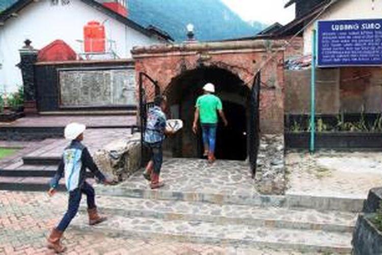 Wisatawan memasuki Lubang Mbah Suro yang merupakan salah satu peninggalan kegiatan tambang batubara di Sawahlunto, Sumatera Barat, Sabtu (30/5).