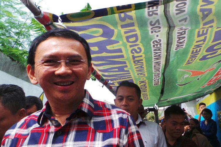 Calon gubernur DKI Jakarta Basuki Tjahaja Purnama atau Ahok saat berkampanye di Gang Pepaya, Lenteng Agung, Jakarta Selatan, Jumat (6/1/2017).