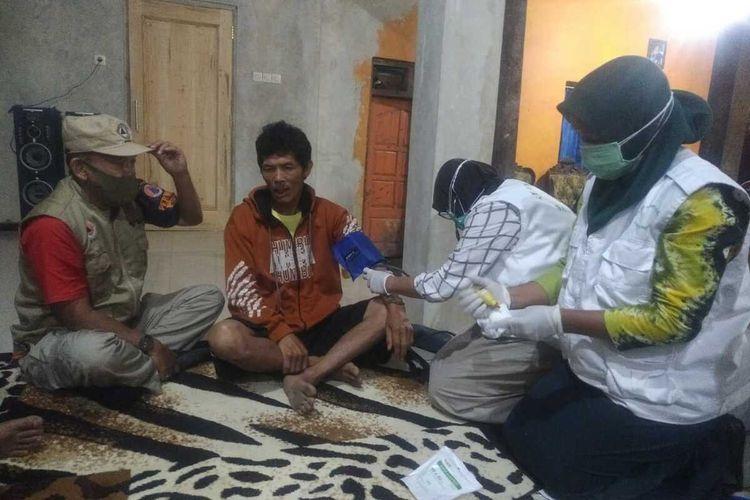 Korban luka yang selamat setelah terseret arus saluran irigasi saat kerja bakti di Dusun Denokan, Desa Wonolelo, Kecamatan Sawangan, Kabupaten Magelang, Jawa Tengah, Sabtu (19/6/2021)