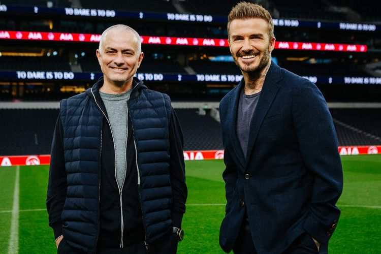 Ambasador AIA David Beckham (kanan) dan pelatih Tottenham Hotspur Jose Mourinho (kiri) berpose bersama di Stadion Tottenham Hotspur, London, Inggris.