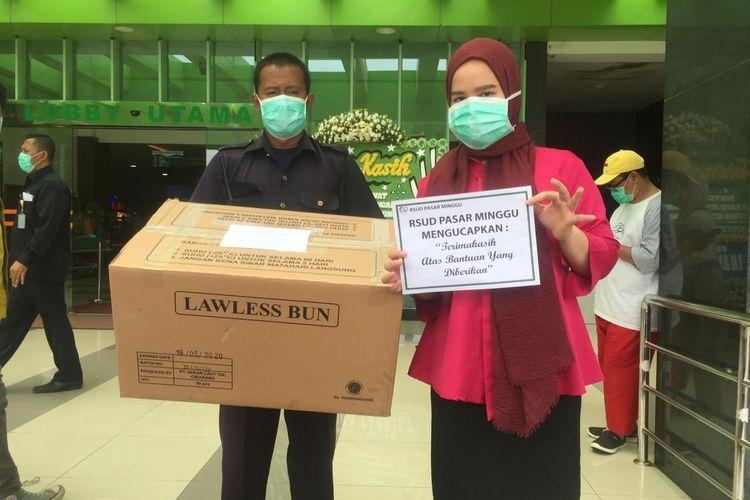 RSUD Pasar Minggu menerima tanda solidaritas berupa burger dari Restoran Lawless Burgerbar Jakarta Selatan, Jumat (27/3/2020).