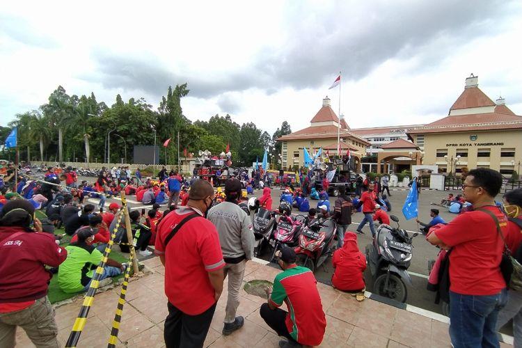 Ratusan buruh tunggu hasil judicial review di sisi utara Puspemkot Tangerang, Rabu (16/12/2020) siang