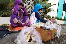 Kisah Tunanetra Penjual Ikan Asin, Jualan Keliling Dituntun Anak 5 Tahun