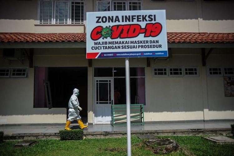 Seorang tenaga kesehatan berada di gedung khusus pasien Covid-19 di RSUD Provinsi Jawa Barat Al Ihsan, Baleendah, Kabupaten Bandung, Jawa Barat, Kamis (17/6/2021). ANTARA FOTO/Raisan Al Farisi/rwa.