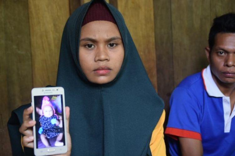La Nguna dan Hardiah, warga Desa Matara, Kecamatan Mawasangka, Kabupaten Buton Tengah, Sulawesi Tenggara, bersedih karena anak ketiganya yang usia 3 bulan, meninggal dunia karena diduga terkena positif corona.