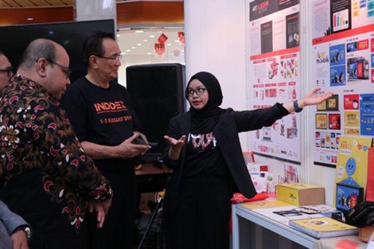 Presiden Universitas Pembangunan Jaya Ir. Edmund Sutisna, MBA dan Rektor UiTM Associate Pro. Sr. Dr. MD Yusof Hamid mendengarkan penjelasan dari salah satu exhibitor saat mengunjungi exhibition (1/8/2019)