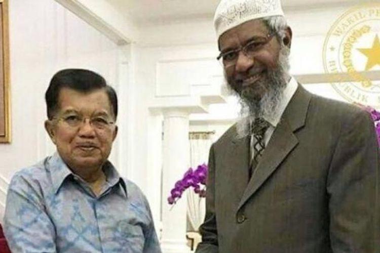 Wakil Presiden Jusuf Kalla berjabat tangan dengan ulama Zakir Naik saat bertemu di rumah dinas, Sabtu (4/3/2017).