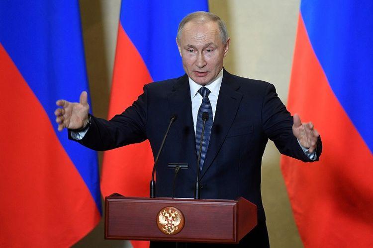 residen Rusia Vladimir Putin menyampaikan pidato selama upacara, yang memberikan penghargaan kepada para pembangun Jembatan Krimea di atas Selat Kerch, di Sevastopol, Krimea 18 Maret 2020.