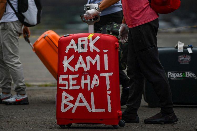 Warga Negara Indonesia (WNI) yang menjadi anak buah kapal Pesiar MV Carnival Splendor tiba di Pelabuhan JICT, Tanjung Priok, Jakarta, Kamis (30/4/2020). Sebelum dibawa menuju hotel untuk dilakukan isolasi mandiri selama satu minggu, 375 WNI tersebut terlebih dahulu menjalani rapid test. ANTARA FOTO/Nova Wahyudi/nz