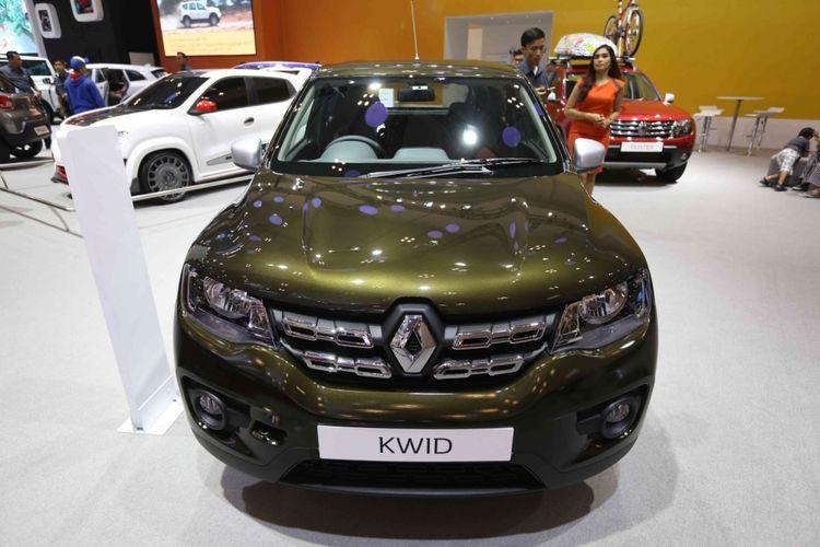 Pengunjung melihat Renault Kwid saat acara Gaikindo Indonesia International Auto Show (GIIAS) 2017 di Indonesia Convention Exhibition (ICE), BSD City, Tangerang, Banten, Sabtu (19/8/2017). Menjelang penutupan GIIAS stan Chevrolet memberikan potongan harga hingga dua juta rupiah.