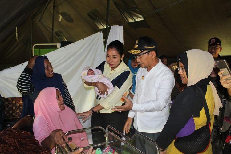 Wakil Gubernur Maluku, Barnabas Orno menjenguk seorang bayi yang dilahirkan di lokasi pengungsian di Desa Tulehu, Kecmatan Salahutu, Kabupaten Maluku Tengah, Selasa (1/10/2019).