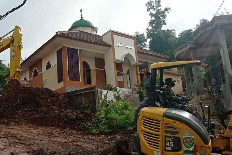 Masjid An-Nur di Desa Cihanjuang tetap kokoh berdiri, di tengah puing bangunan rumah, Senin (11/1/2021). Masjid ini menjadi tempat berlindung personel gabungan dan masyarakat saat terjadi longsor susulan, Sabtu (10/1/2021) petang. AAM AMINULLAH/KOMPAS.com