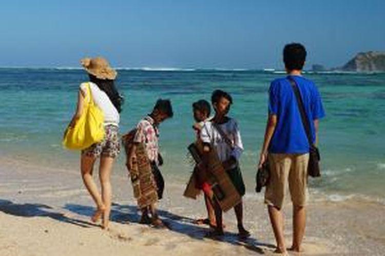 Wisatawan di Pantai Kuta, Kabupaten Lombok Tengah, NTB, Sabtu (27/6/2015).