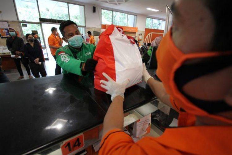 PT. Pos Indonesia akan melakukan bulk order melalui web booking dan GrabForBusiness, kemudian armada GrabExpress akan mengambil paket bantuan di kantor pos yang tertera di aplikasi.