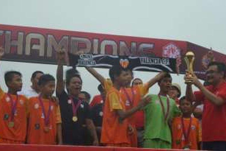 Wakil Gubernur DKI Jakarta Djarot Saiful Hidayat memberi piala untuk anak Rusun Daan Mogot yang meraih juara 1 kompetisi sepakbola di Jakarta Rusun Festival, Minggu (23/10/2016).