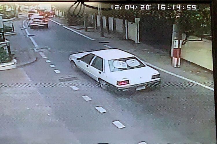 Screengrab dari rekaman CCTV yang emnunjukkan sebuah mobil yang diduga sebagai kendaraan yang digunakan untuk menculik seorang wanita berkebangsaan asing di Bangkok, Thailand, pada Jumat (4/12/2020).