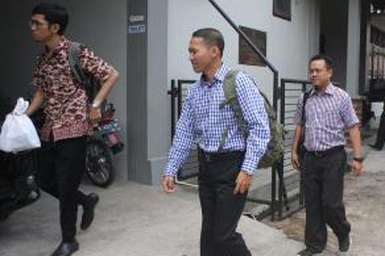 Penyidik Komisi Pemberantaran Korupsi (KPK) usai menggeladah Kantor Dinas Kependudukan dan Pencatatan Sipil (Dispendukcapil) Kabupaten Semarang, Rabu (7/10/2015)