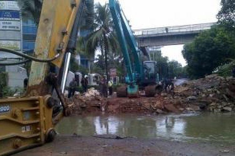 Perbaikan gorong-gorong yang ambles di Jalan TB Simatupang, Jakarta Selatan, terkendala kabel listrik bertegangan tinggi, Kamis (16/1/2014).