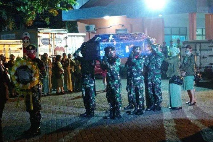 Jenazah Praka Alif Nur dan Prada Ardi Yudi tiba di Bandara Sultan Hasanuddin, Kota Makassar, Sulawesi Selatan, Rabu (19/5/2021) malam.