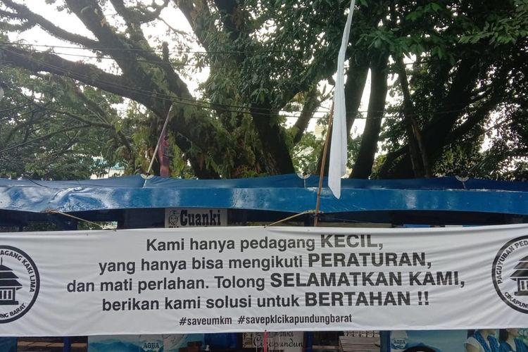 Sebanyak 104 Pedagang Kaki Lima (PKL) Jalan Cikapundung Barat, Kota Bandung, melakukan aksi pasang bendera putih di beberapa kios.