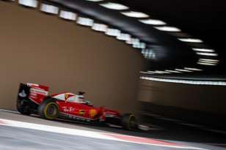 Pebalap Ferrari asal Jerman, Sebastian Vettel, memacu motornya pada sesi latihan pertama GP Abu Dhabi di Sirkuit Yas Marina, Jumat (25/11/2016).