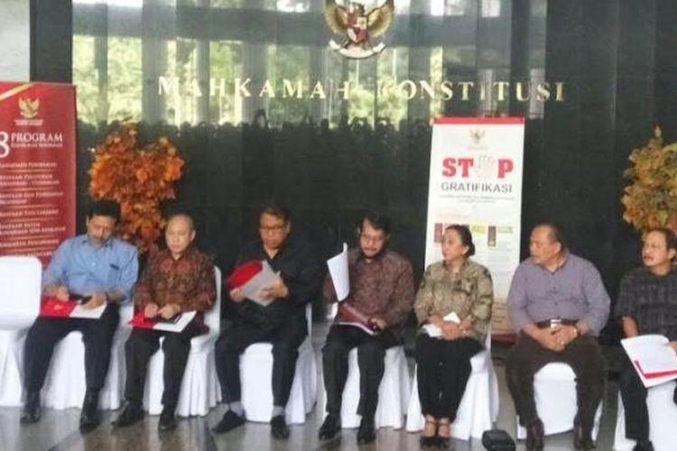 Ketua MK Arief Hidayat dan hakim konstitusi memberikan keterangan pers terkait penangkapan hakim konstitusi, Kamis (26/1/2017).