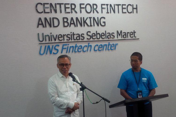 Ketua Dewan Komisioner OJK Wimboh Santoso dan Rektor UNS Jamal Wiwoho dalam peresmian Center for Fintech and Banking di lantai dua perpustakaan UNS Solo, Jateng, Kamis (12/3/2020).