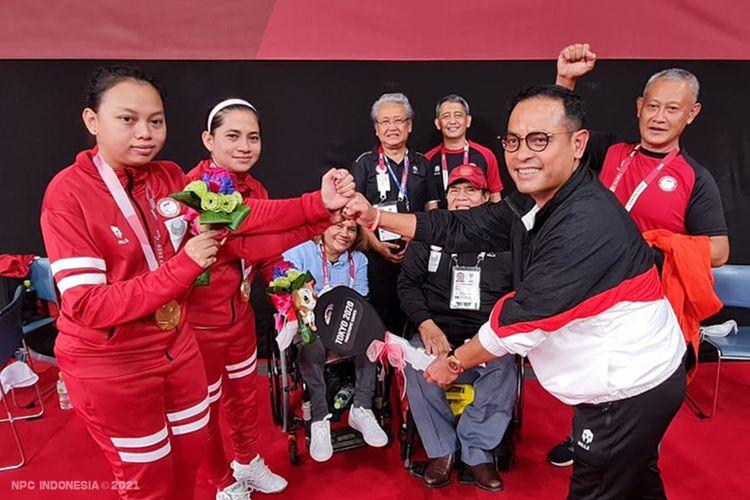 Leani Ratri Oktila/Khalimatus Sadiyah mendapatkan bonus mobil dari Deputi Chef de Mission (CdM) Kontingen Indonesia untuk Paralimpiade Tokyo, Edward Hutahayan.