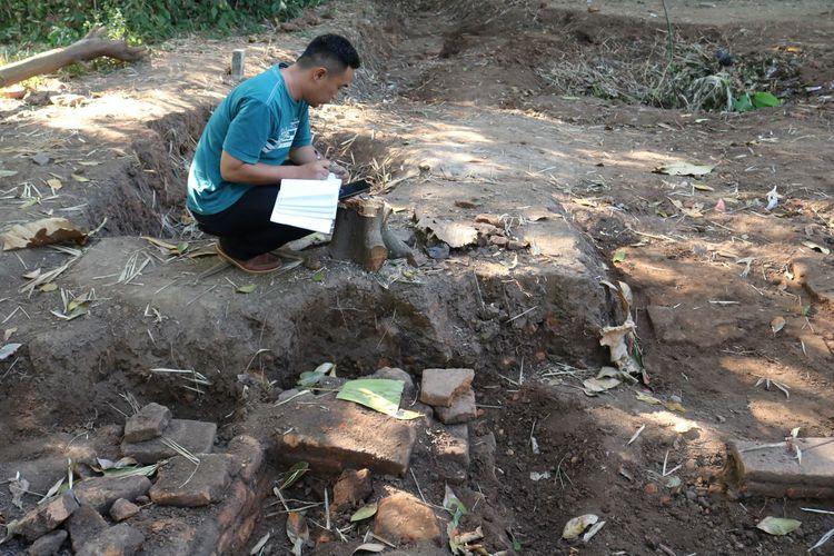 Petugas dari Badan Pelestarian Cagar Budaya (BPCB) Jawa Timur melakukan observasi di lokasi penemuan situs purbakala di Dusun Pakis Kulon, Desa Karang Pakis, Kecamatan Trowulan, Kabupaten Mojokerto, Jawa Timur.