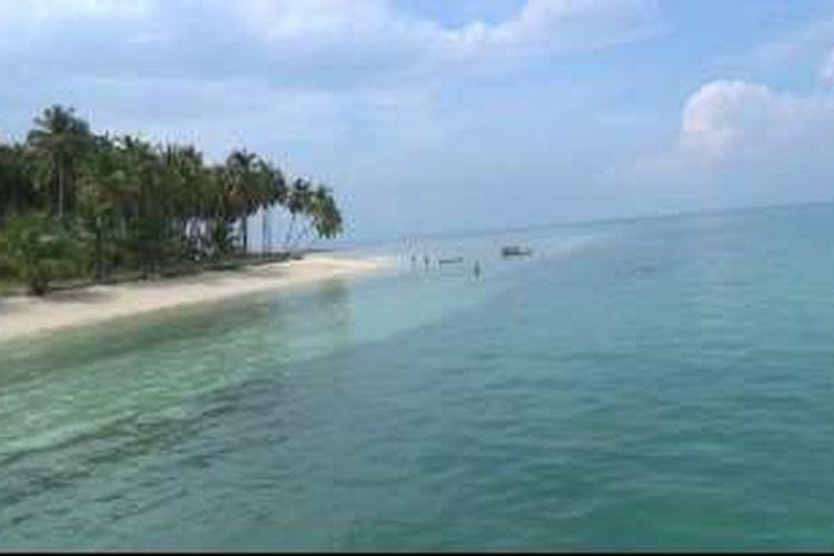 Suasana pantai di Pulau Ketawai, Kabupaten Bangka Tengah, Bangka Belitung.