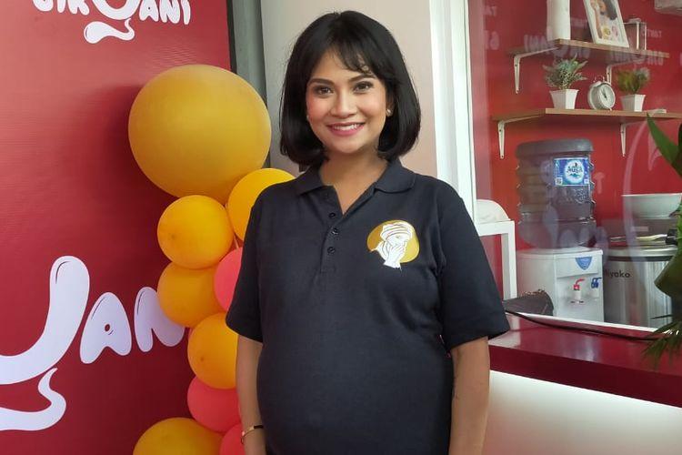 Vanessa Angel saat membuka gerai usaha kuliner di kawasan Bintaro, Jakarta Selatan.