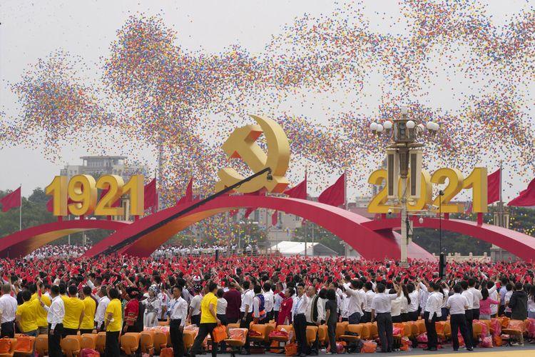 Suasana perayaan peringatan 100 tahun berdirinya Partai Komunis China di Lapangan Tiananmen, Beijing, Kamis, (1/7/2021).