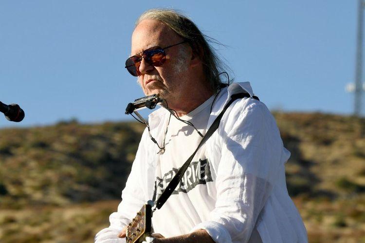Penyanyi Neil Young tampil di acara Harvest Moon: A Gathering di Lake Hughes, California, 14 September 2019.