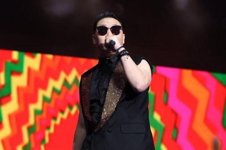 Penyanyi asal Korea Selatan PSY meramaikan acara Oppo Selfie Fest di Indonesia Convention Exhibition (ICE), Tangerang, Kamis (24/11/2016) malam. Festival ini diadakan untuk merayakan tiga tahun produk telepon genggam Oppo di pasar Indonesia.