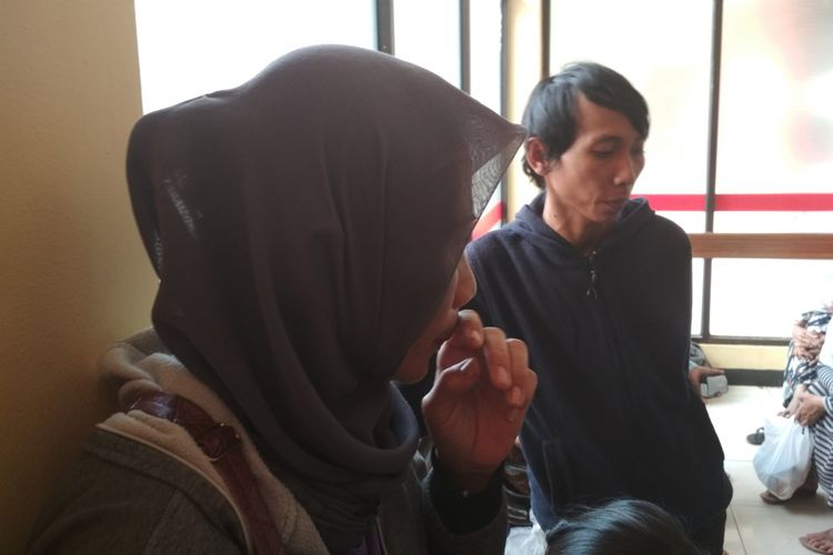 Dewi Sunarti (42), Ibu dari Nugroho Agung Laksono, korban bom Kampung Melayu, di RS Polri, Kramatjati, Jakarta Timur (25/5/2017).