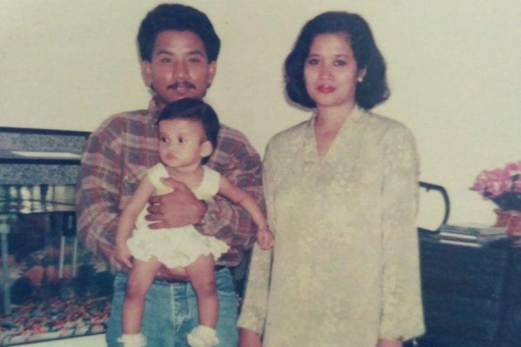 Foto Lisa saat masih balita bersama dengan ayah dan ibunya. Selama 20 tahun lebih Lisa yang lahir di Kuala Lumpur tidak bertemu dengan ibu kandungnya