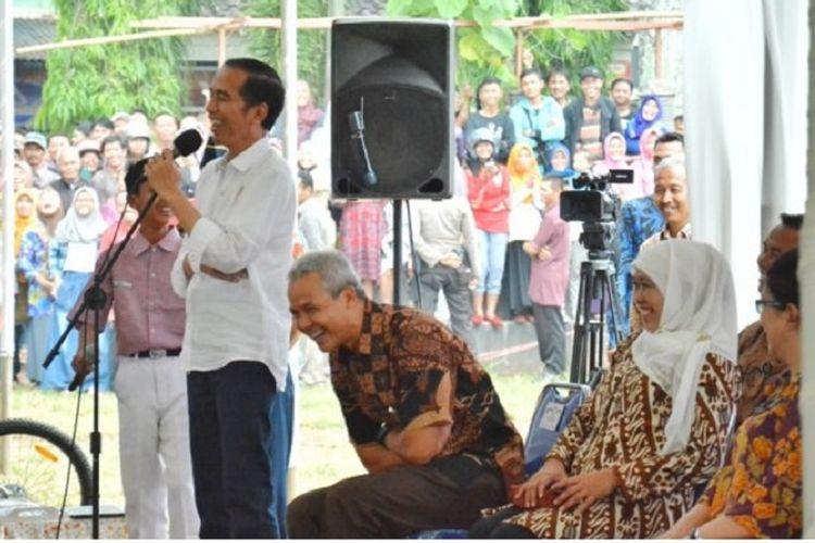 Presiden Joko Widodo saat berdialog dengan dengan siswa SMP di Kecamatan Kroya, Kabupaten Cilacap, Jawa Tengah, Kamis (15/6/2017) Kr